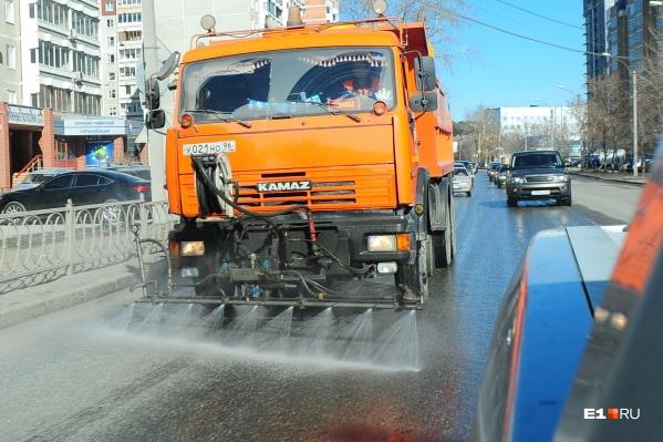 В администрации города подтвердили, что коммунальщики все еще проводят влажную уборку улиц