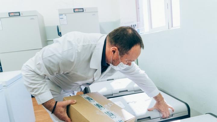 В омские больницы завезли вакцину от коронавируса «Вектор»