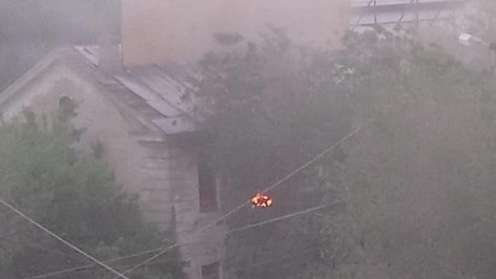 В центре Волгограда тушат пожар на заброшенном молокозаводе