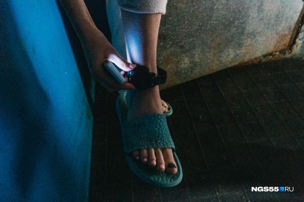 Сейчас на ноге девушки закреплен браслет, выйти из дома она не может