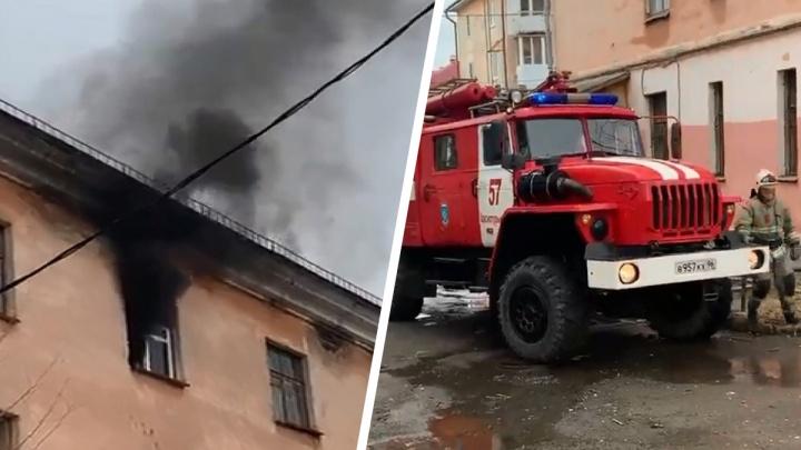 Громко кричал и умолял о помощи. На Урале мужчина выпрыгнул из окна четвертого этажа, спасаясь от пожара