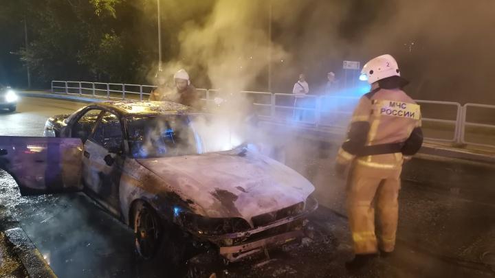 На екатеринбургском перекрестке загорелась машина. Видео