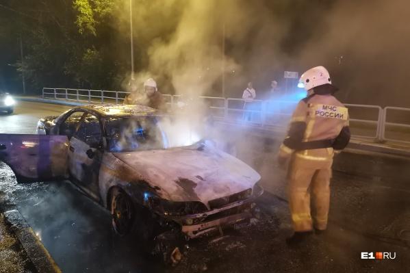 У машины в Екатеринбурге взорвался двигатель