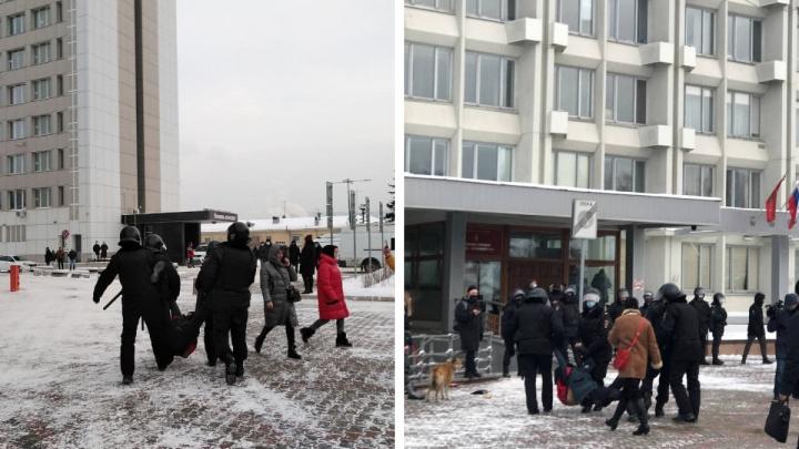 В ход пошли дубинки: полиция оттеснила протест от мэрии Красноярска