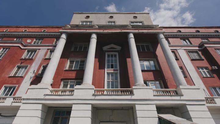 В Челябинске третий год подряд не могут отремонтировать красный дом с колоннами на проспекте Ленина