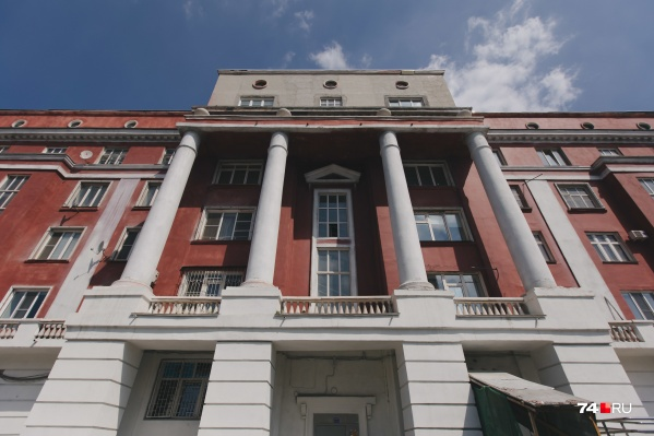 По документам дом построен еще в 1936 году, но с тех пор, как говорят жильцы, ни разу не было капитального ремонта. Реставрировать здание начали в 2019 году