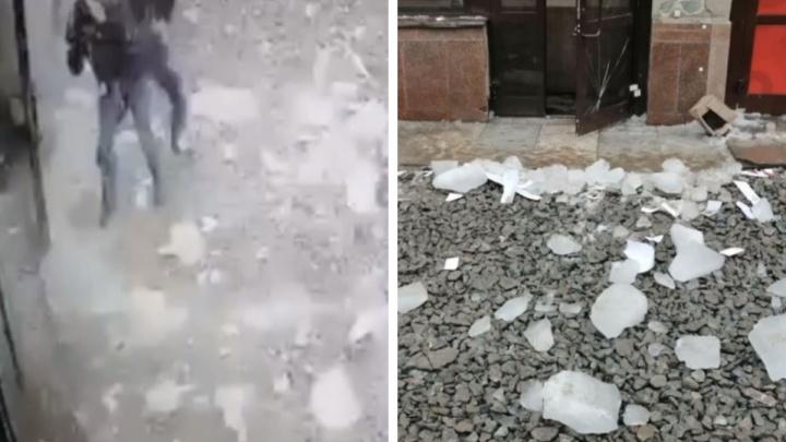 В Екатеринбурге двух мужчин едва не убила рухнувшая глыба льда. Инцидент попал на видео