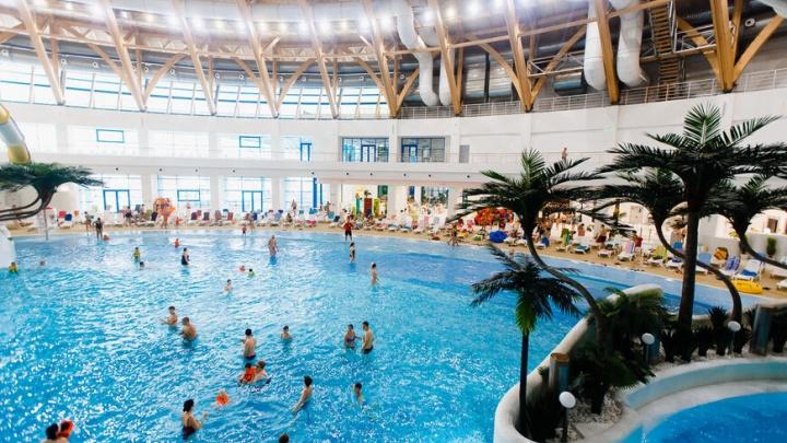 «Сказали ждать на улице»: красноярцы с купленными билетами в аквапарк Новосибирска попали в давку на входе