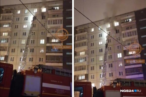 Дым валил из окон квартиры