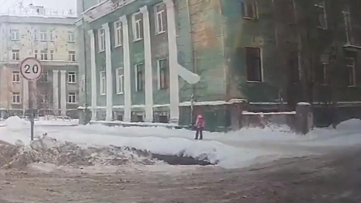 В Северодвинске возбудили уголовное дело из-за падения снега с крыши перед школьницей