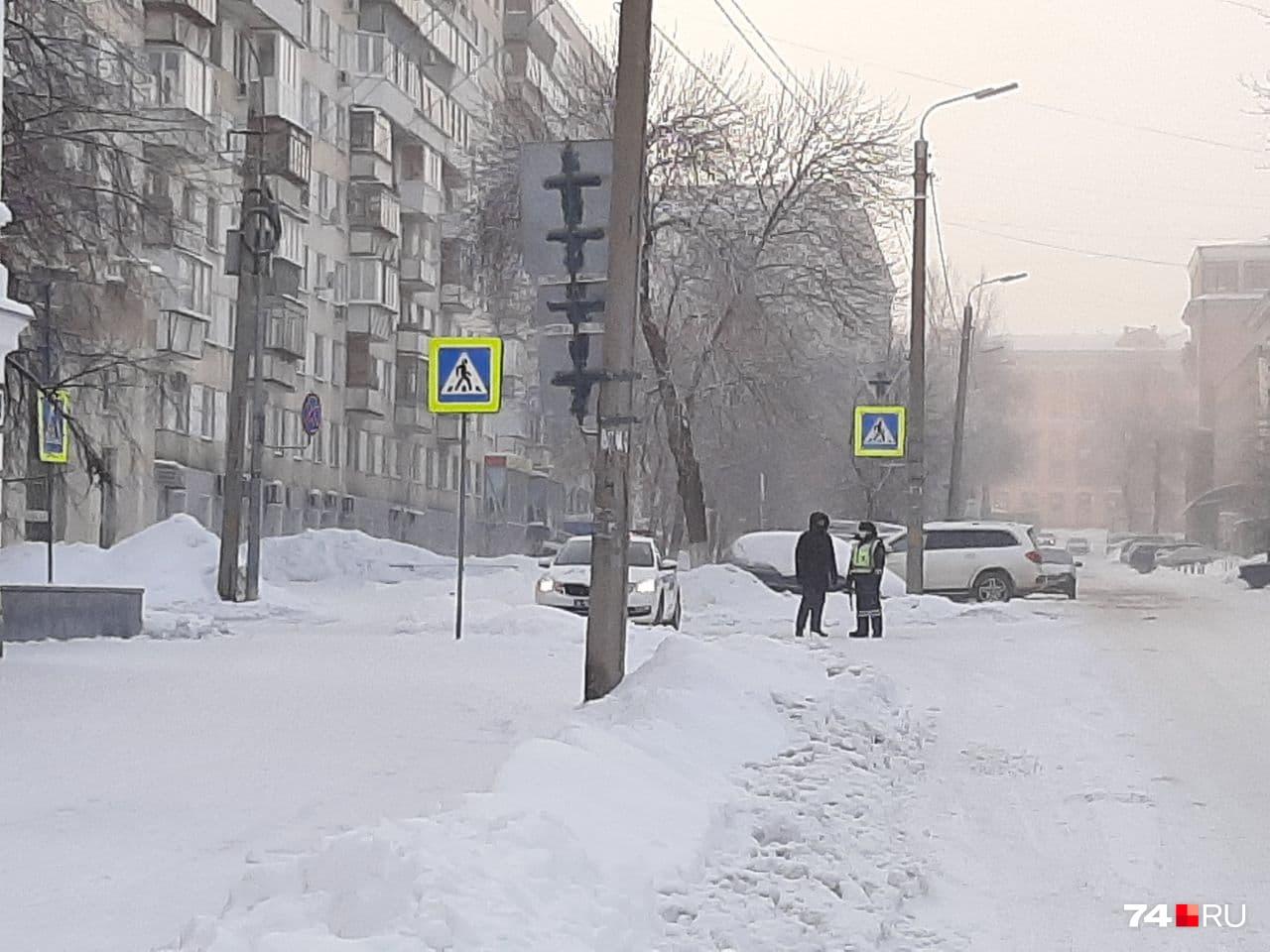 А вот еще одна машина силовиков — на улице Советской