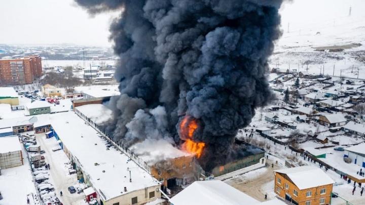 В Красноярске при тушении пожара на складе автозапчастей утеряна связь с тремя пожарными