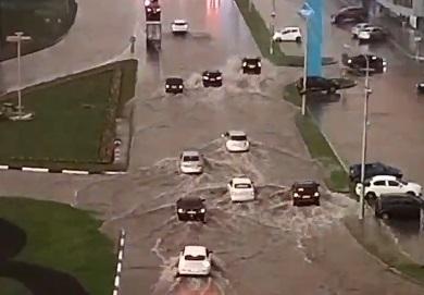 После дождика в четверг: в Сургуте ливень парализовал движение на городских дорогах. Вот видео