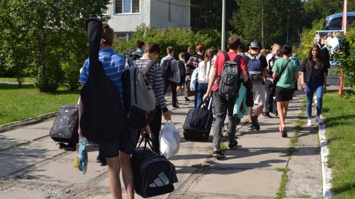 В двух детских лагерях Железногорска обнаружили коронавирус. Более 60 детей отправили по домам
