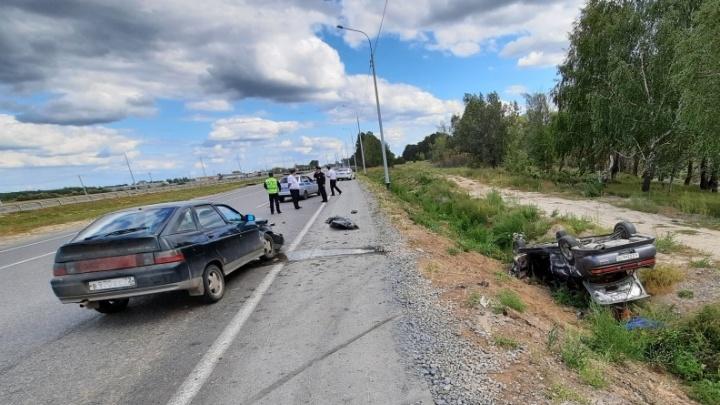 На тюменской трассе погиб 24-летний водитель, который на иномарке опрокинулся в кювет