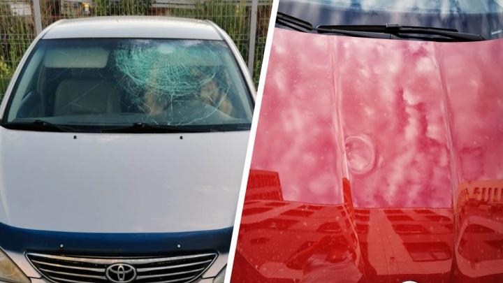 «Чудом не попало по голове»: в Новосибирске хулиганы закидали припаркованные машины шарами с водой