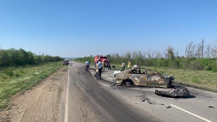 Сгорели заживо: на трассе в Самарской области Toyota столкнулась с грузовиком