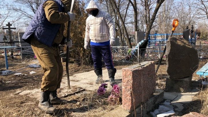 Пробивка в лучших традициях 90-х: в Волгограде группа крепких парней устроила драку на кладбище — видео