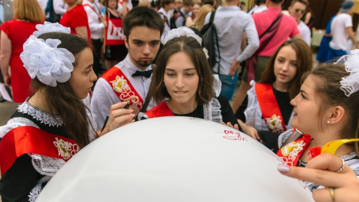Быть или не быть: Дмитрий Азаров высказался о проведении выпускных в школах 2021 году
