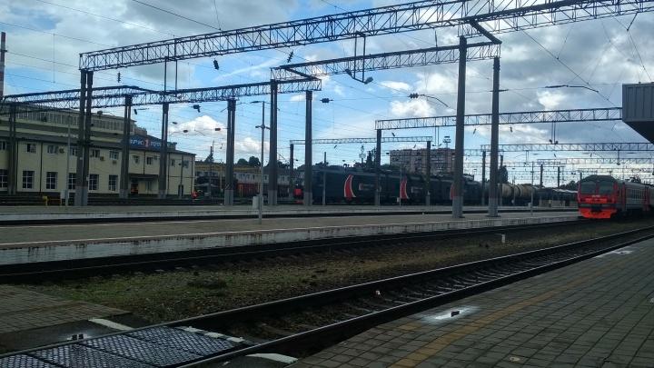 Под Краснодаром парня убило током, когда он пытался перелезть через вагон поезда