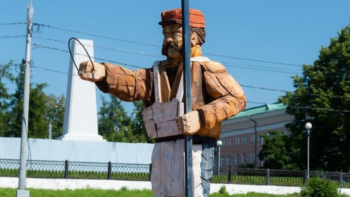Фигура фонарщика на Красной пристани осталась без своей главной детали. Узнали, куда она делась