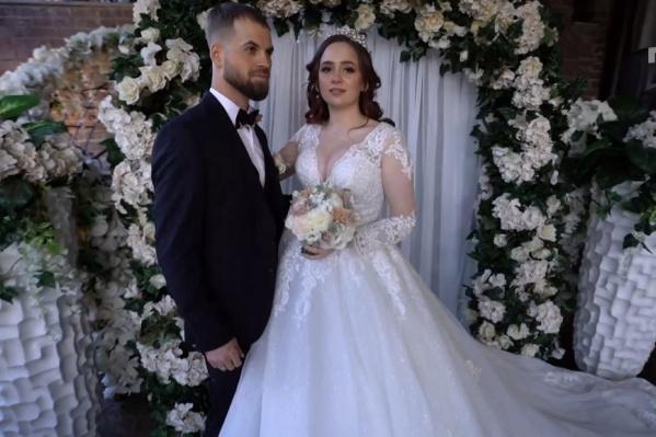Свадьба тюменцев Ольги и Максима прошла в замке. Невеста представляла себе принцессой, не забыв надеть на голову изящную диадему