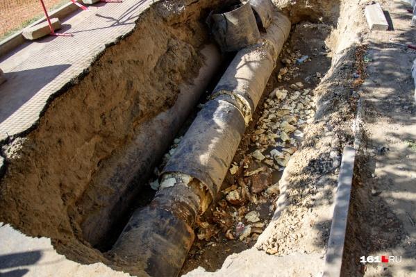 Рабочие заменят около восьми метров водопровода