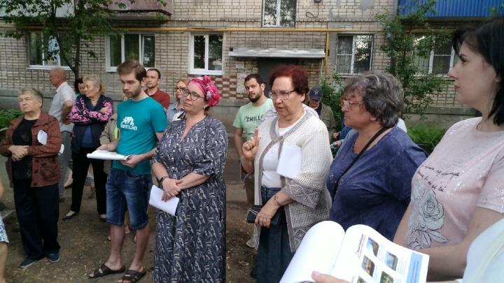 «Фасад трещит по швам!»: жильцы хрущевки на Аксакова выступили против надстройки новых этажей