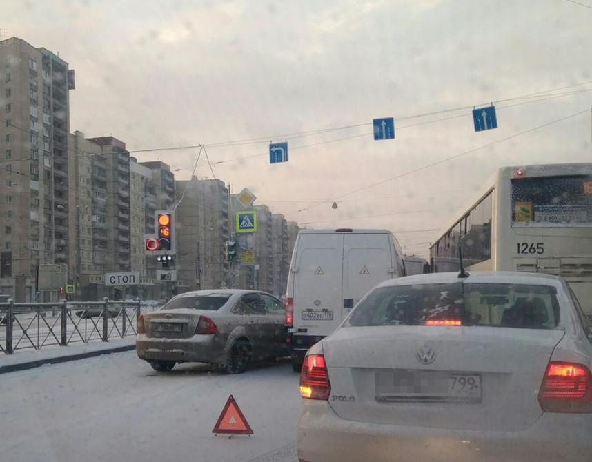 На улице Коллонтай притёрлись «Форд Фокус» и «Фиат»