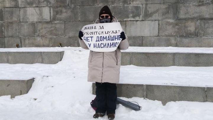 Три машины полиции охраняли пикетирующую в центре Екатеринбурга феминистку