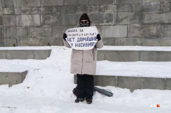 Дворники начали убирать снег у памятника Ленину прямо по время пикета Анастасии