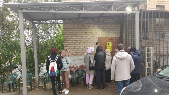 «Сказали стоять на улице»: челябинцы возмущены ожиданием КТ под дождем. Но в больнице их будто не слышат