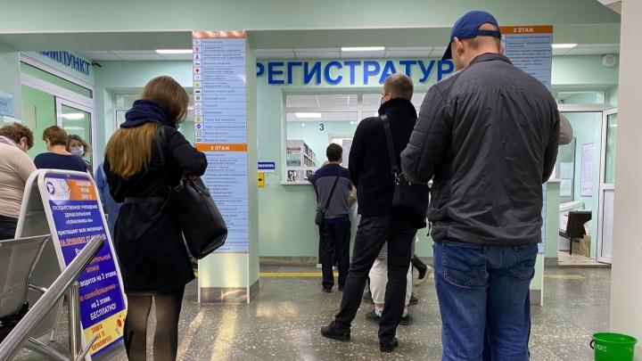 Под Волгоградом здоровую женщину отправили получать лекарства для больного сына в красную зону поликлиники