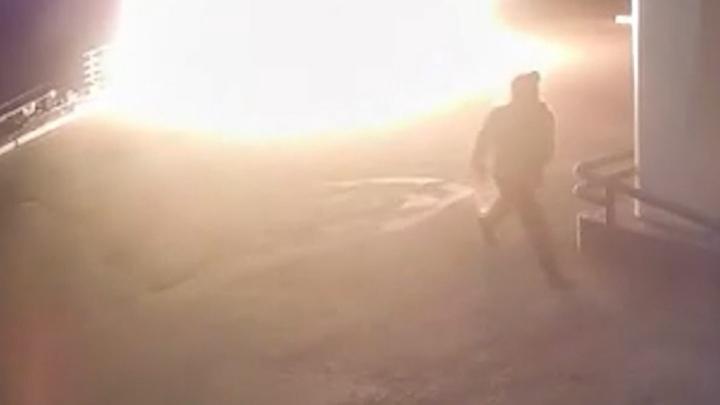 После пожара на заправке в Челябинской области мужчину увезли в больницу. Происшествие попало на видео