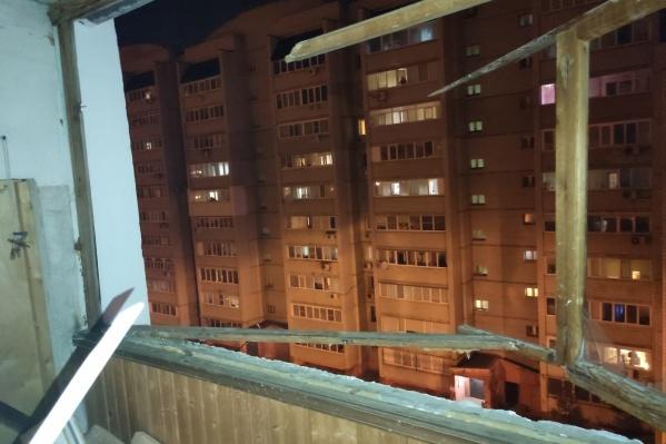 В квартире выбило окна
