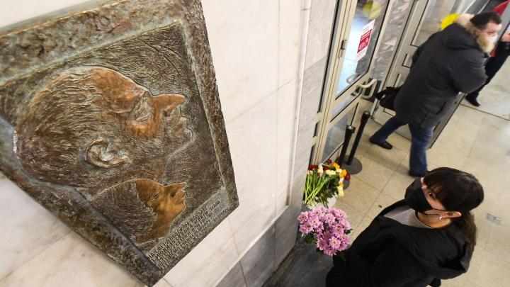 «Круче, чем во Франции»: на ж/д вокзале Екатеринбурга установили доску Осипу Мандельштаму за полмиллиона
