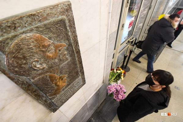 На открытие мемориальной доски поклонники творчества поэта пришли с цветами