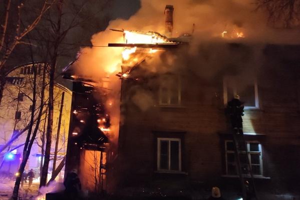 """Пожар в доме<nobr class=""""_"""">№ 10</nobr> начался около двух часов ночи<br>"""