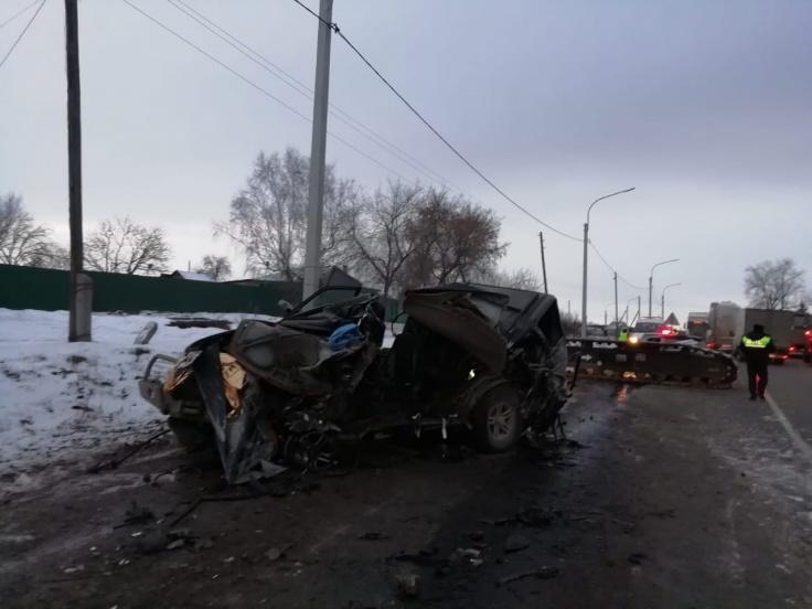 16-тонный незакрепленный груз упал на уазик, в котором ехали рабочие