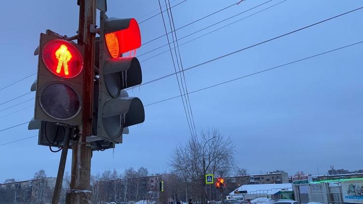 ГИБДД объяснила, зачем перенастроили светофор на Вторчермете, который теперь собирает дикие пробки