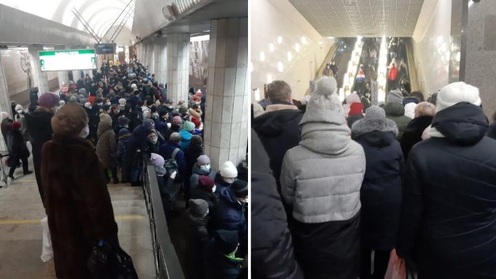 Стоят даже на лестнице: во время сильного снегопада новосибирцы столпились настанциях метро