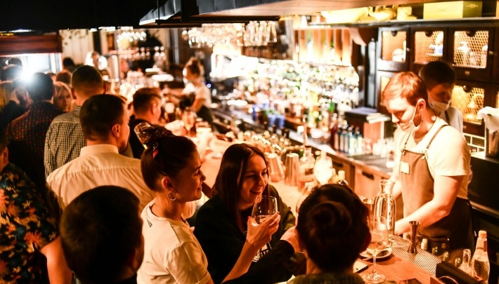 «Однажды гость оставил на чай 80 тысяч»: бармены из Екатеринбурга — о необычных клиентах и лучших коктейлях