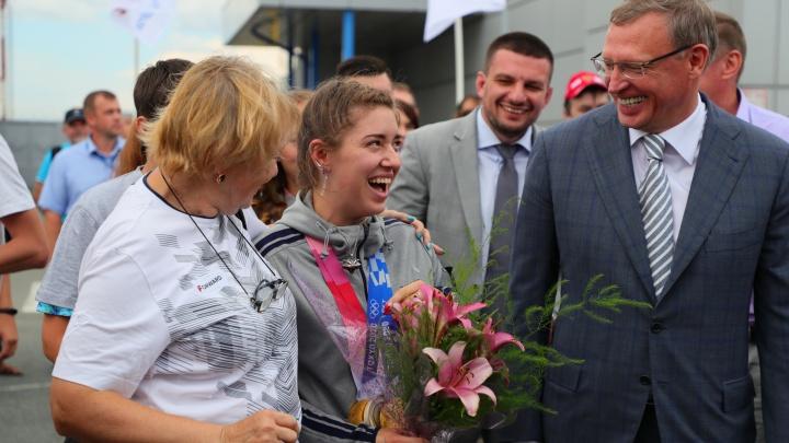 Олимпийскую чемпионку Виталину Бацарашкину встретили у трапа губернатор и мэр с огромным медведем