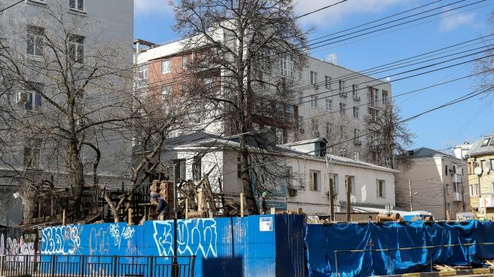 Недавно снесенный «Дом, где больше нет огня» на Варварской начали собирать обратно: фоторепортаж NN.RU