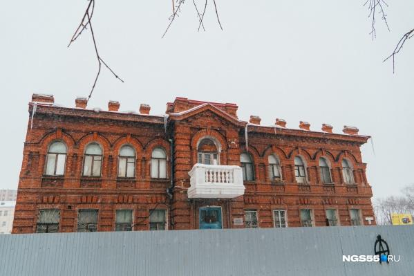 За более чем столетнюю историю существования здание сменило много ролей