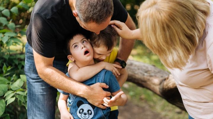 Личный опыт: айтишница взяла в семью 7 детей-инвалидов. Как она живет и сколько платят