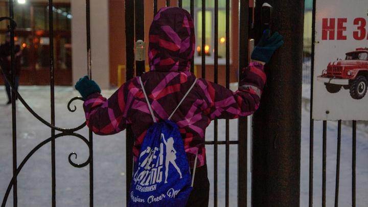 «Ковида меньше, а требования те же»: когда школы Челябинска перестанут гонять учеников за медсправками