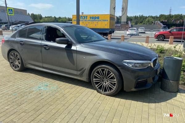 BMW выехала на тротуар на перекрестке Лесопарковой и Ленина