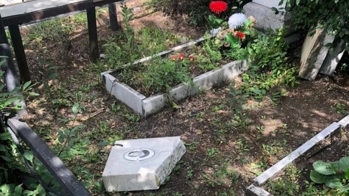 В Челябинске разгромили десятки надгробий на Митрофановском кладбище