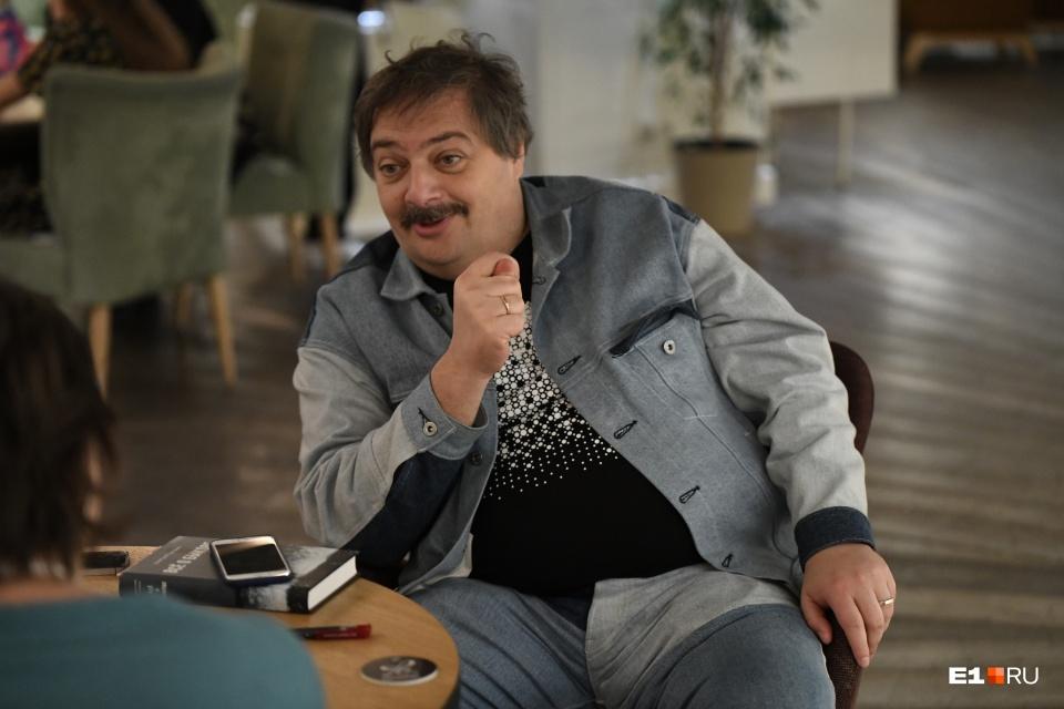 «Доказательства убедительные»: писатель Дмитрий Быков — о его отравлении во время перелета из Екатеринбурга